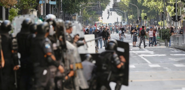 Policiais e manifestantes ficam frente a frente na avenida Rio Branco