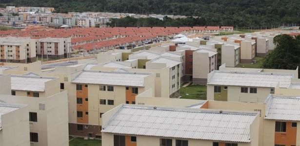 Moradores dos conjuntos residenciais Viver Melhor 1 e 2, em Manaus, criticam a qualidade da obra e a falta de serviços públicos como escolas e postos de saúde no local