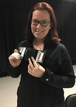 A estudante de enfermagem Courtney Connolly e sua carteira recuperada após oito anos - Twitter/Reprodução