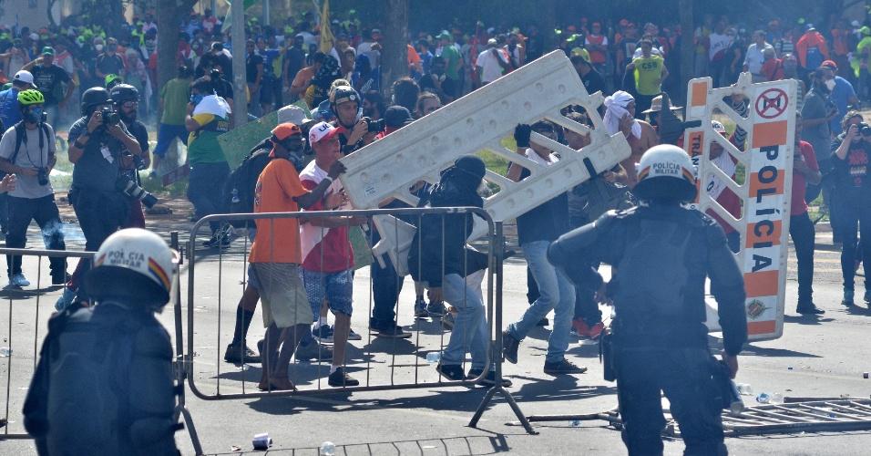 24.mai.2017 - Manifestantes de centrais sindicais e movimentos sociais tentam ultrapassar barreira de segurança feita pela Polícia Militar e causam tumulto