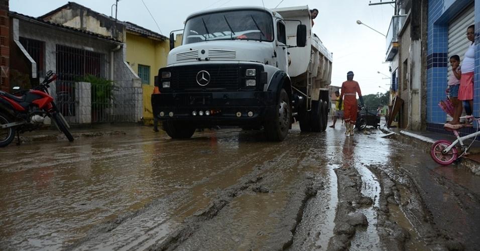 31.mai.2017 - Cidade de Jacuípe, em Alagoas, passa por limpeza após o rio homônimo transbordar por fortes chuvas