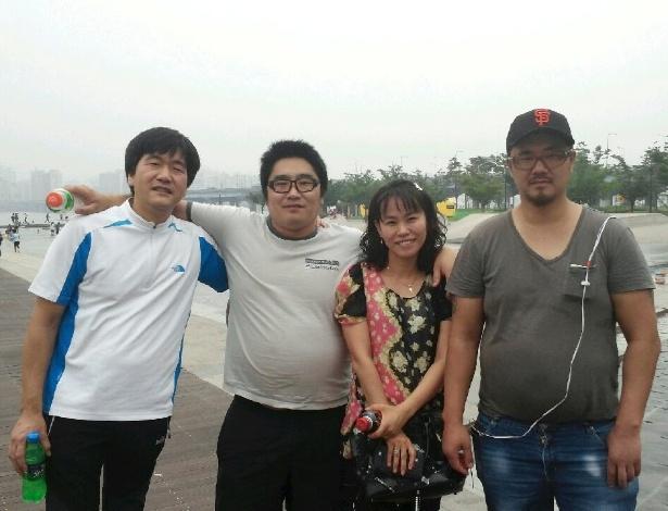 Da direita para a esquerda, Philip Clay, uma assistente social, outro adotado deportado e Song Pil-heung, que trabalhava numa residência onde Clay viveu em 2014