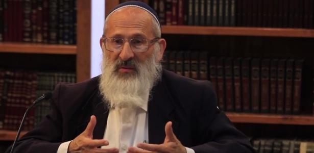 Rabino Shlomo Aviner durante entrevista para TV