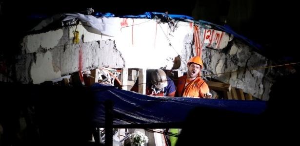 Equipes de resgate tentam retirar menina de 12 anos localizada com vida sob os escombros da escola Enrique Rebsamen