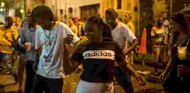 18.dez.2017 - Turistas se misturam a moradores e se divertem ao som do funk, na Pedra do Sal, no centro do Rio - Mauro Pimentel/AFP Photo - Mauro Pimentel/AFP Photo