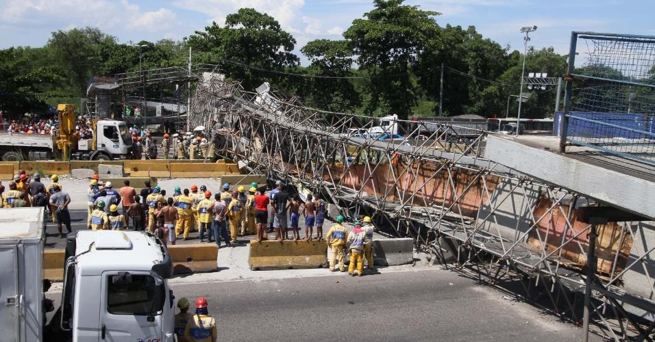 24.jan.2018 - Passarela cai e deixa dois feridos na Avenida Brasil, na altura da entrada para a Rodovia Washington Luís, Cidade Alta, zona norte do Rio