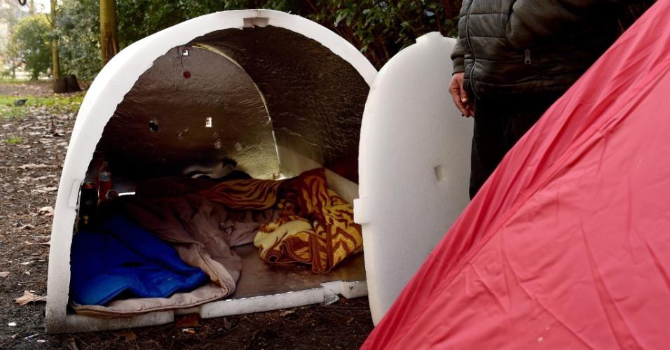 """24.fev.2018 - Homem em situação de rua fica em pé ao lado de um """"Iglou"""", criado pelo engenheiro francês Geoffroy de Reynal para proteger pessoas sem teto das baixas temperaturas"""
