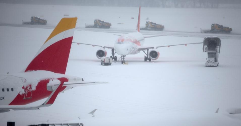 1º.mar.2018 - Máquinas retiram neve na área de embarque da companhia EasyJet no aeroporto de Cointrin, em Geneva, Suíça