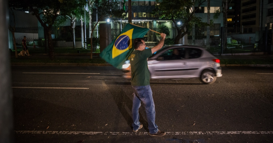 4.abr.2018 - Um pequeno grupo de manifestantes contra Lula foi para a frente da Justiça federal de Curitiba