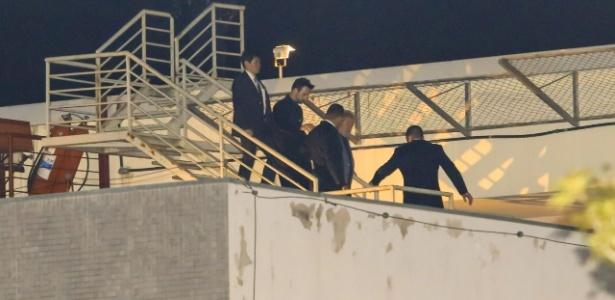 7.abr.2018 - O ex-presidente Lula chega à Superintendência da Polícia Federal em Curitiba, rodeado de agentes da PF