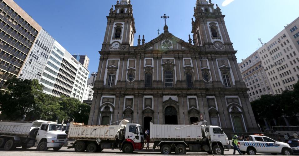 Caminhoneiros protestam em frente à Igreja da Candelária, no centro do Rio de Janeiro