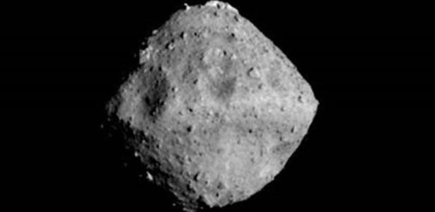 Antes de coletar material abaixo da superfície do asteroide Ryugu, cientistas vão mapear o objeto que está a 290 milhões de quilômetros da Terra - Jaxa Et Al