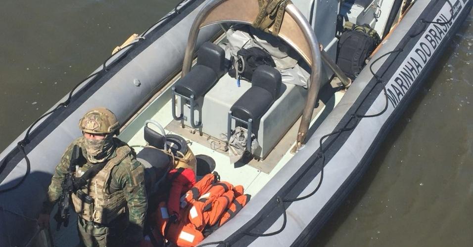 Militares patrulham a Baia de Guanabara em busca de traficantes do Complexo do Salgueiro