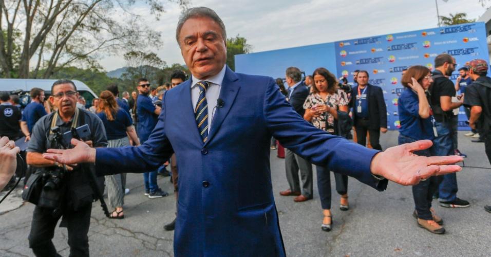 Alvaro Dias (Podemos) posa para os fotógrafos antes do início do debate