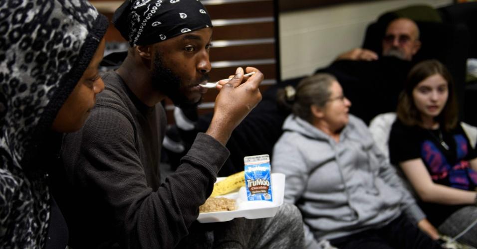 10.out.2018 - Pessoas aguardam a passagem do furacão em abrigo na Flórida