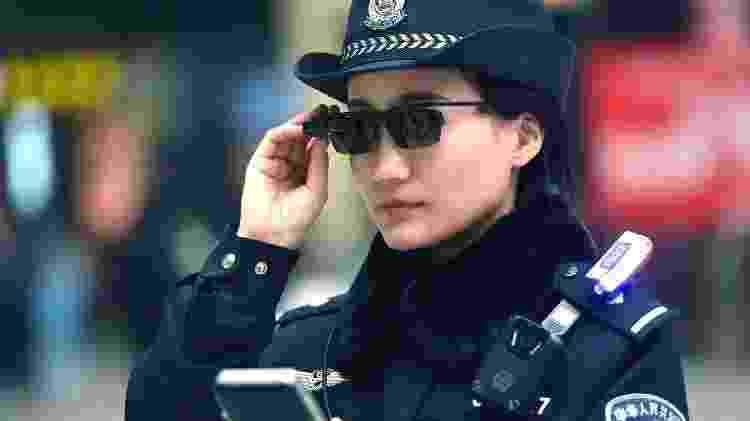 Policial usa óculos com reconhecimento facial - Wikimedia Commons