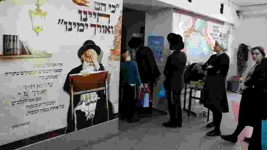 9.abr.2019 - Judeus ultra-ortodoxos fazem fila para votar durante as eleições parlamentares de Israel - Ahmad Gharabli/AFP