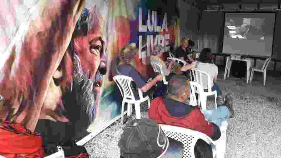 Manifestantes assistem ao julgamento do ex-presidente Lula na Vigília Lula Livre, em Curitiba (PR) - Vinicius Konchinski/UOL