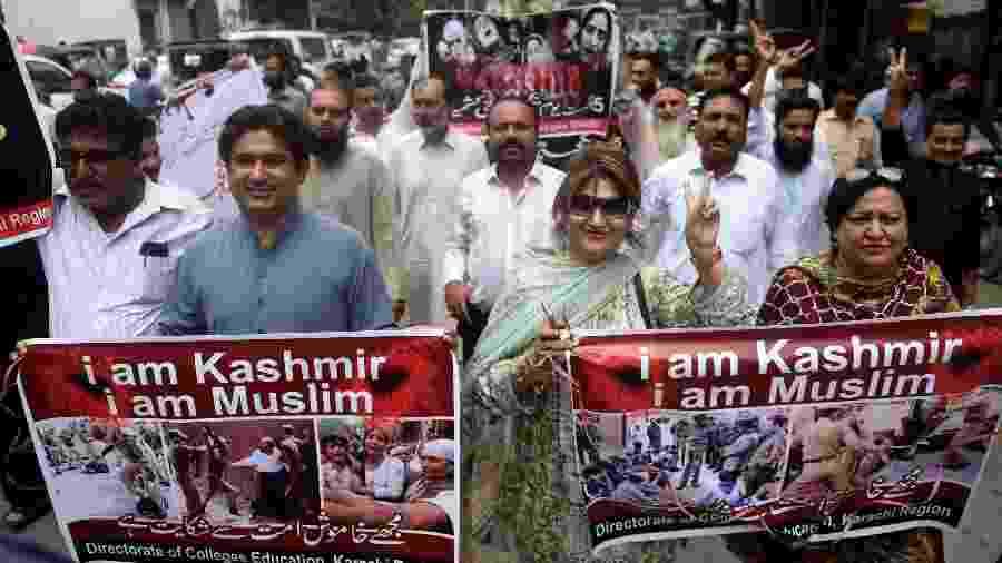 """Professores e estudantes do Paquistão marcham durante um protesto anti-India. Nos cartazes os dizeres: """"Eu sou Caxemira, eu sou Muçulmano"""" - Rizwan Tabassum/AFP"""