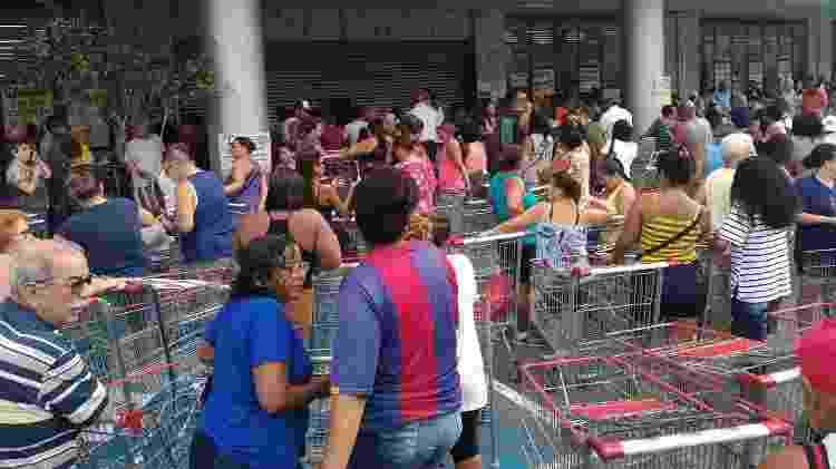 Público aguarda início do aniversário Guanabara na loja de Vila Isabel - Igor Mello/ UOL - Igor Mello/ UOL