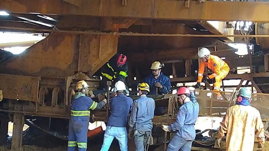 Bombeiros retiram corpo de funcionário que morreu esmagado após ficar preso em esteira de transportadora em Brumadinho (MG) - Por Luciano Costa