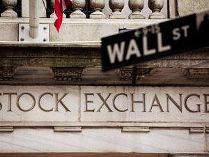 http://conteudo.imguol.com.br/c/noticias/c3/2020/02/13/placa-da-wall-street-em-frente-a-bolsa-de-nova-york-1581609462616_v2_300x225.jpg