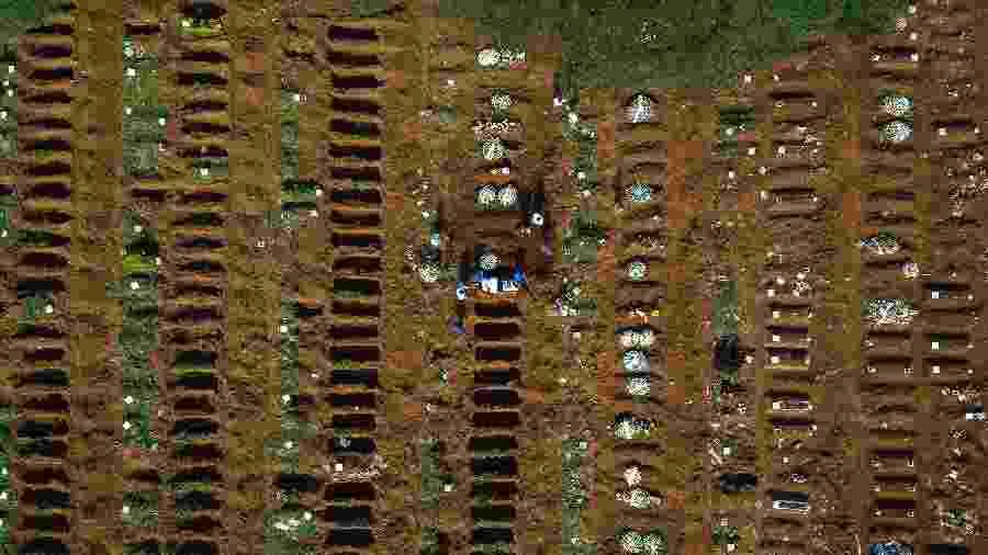 Visão aérea do cemitério da Vila Formosa, em São Paulo, durante a pandemia do novo coronavírus - Miguel Schincariol/Getty Images