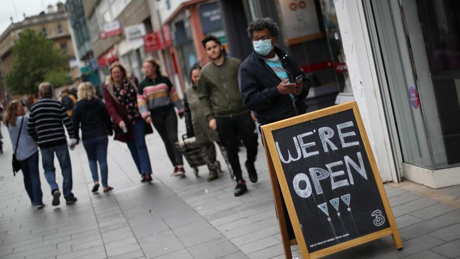 29.jun.2020 - Pessoas caminham em Leicester, na Inglaterra, em meio à pandemia da covid-19 - REUTERS/Carl Recine