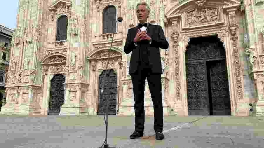 Tenor italiano Andrea Bocelli canta em frente à Catedral de Milão - Alex Fraser