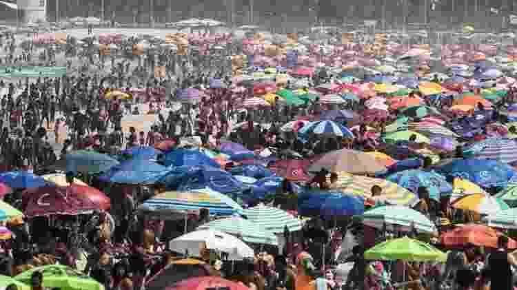 Praia lotada no Rio de Janeiro durante pandemia; cidade teve uma prevalência alta da doença: 7,5% - EPA - EPA