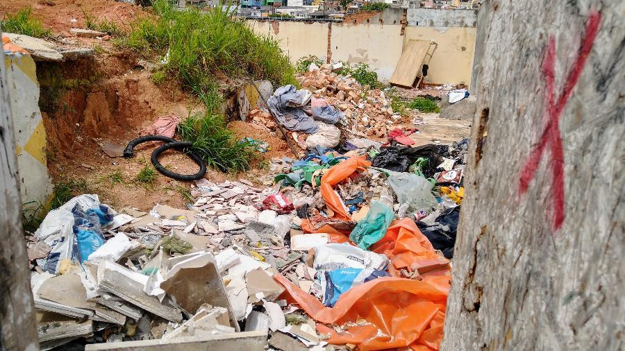Com abandono da obra, futura estação Brasilândia passou a ser local de descarte de lixo - Cleber Souza/UOL