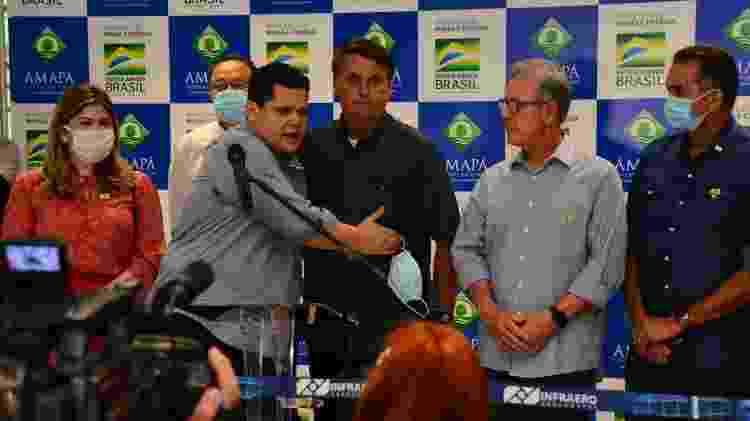 O presidente Jair Bolsonaro é abraçado pelo presidente do Senado, Davi Alcolumbre, no Aeroporto Internacional de Macapá - Erich Macias/Futura Press/Estadão Conteúdo - Erich Macias/Futura Press/Estadão Conteúdo