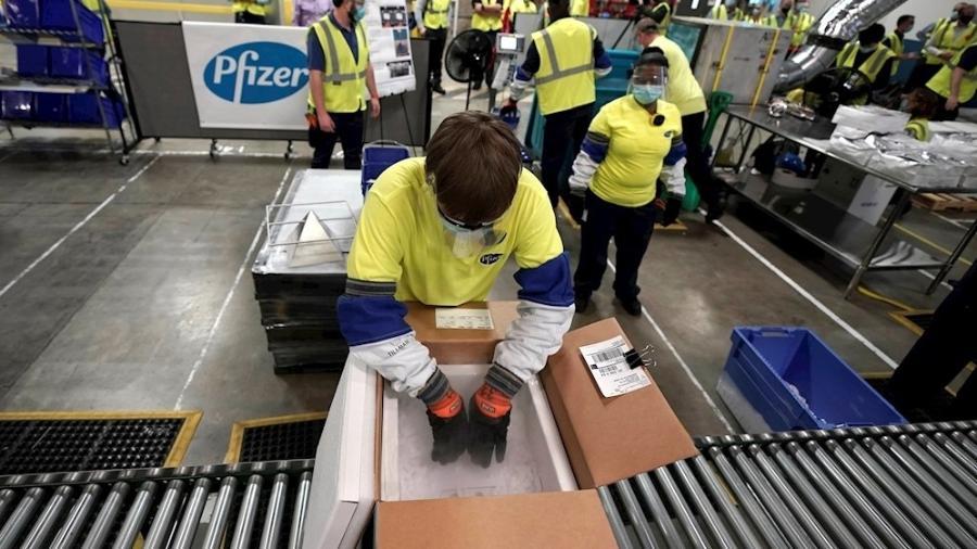 13.dez.2020 - Funcionários preparam caixas para distribuição das primeiras doses da vacina da Pfizer/BioNTech contra a covid-19, nos Estados Unidos - EFE/EPA/MORRY GASH / POOL