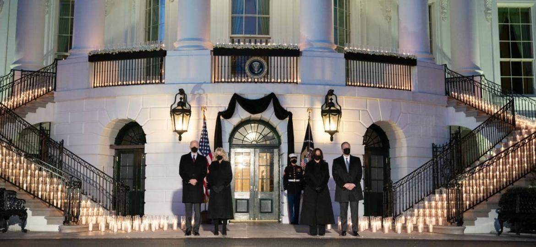 O presidente Joe Biden e a sua vice, Kamala Harris, prestaram homenagem a meio milhão de mortos por covid-19 nos EUA - Reprodução/Twitter/VP