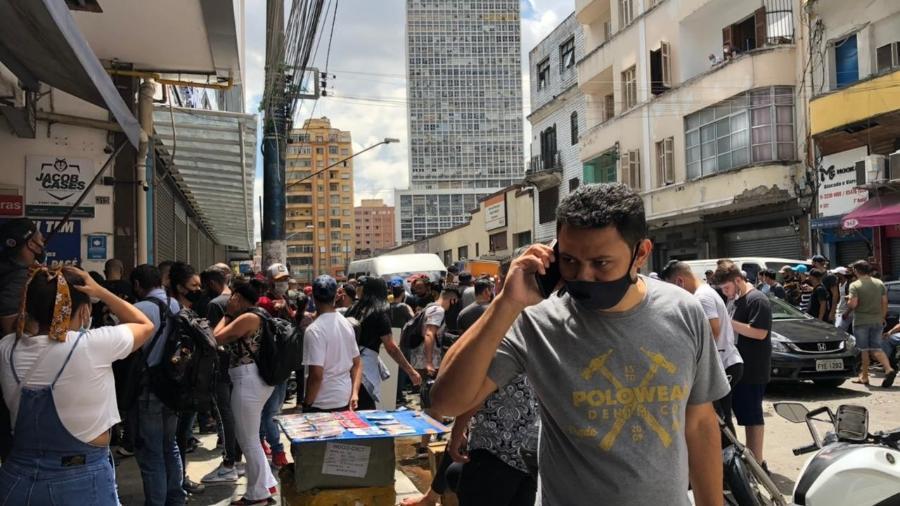 Camelôs e fregueses se aglomeram na 25 de Março - Anahi Martinho/UOL
