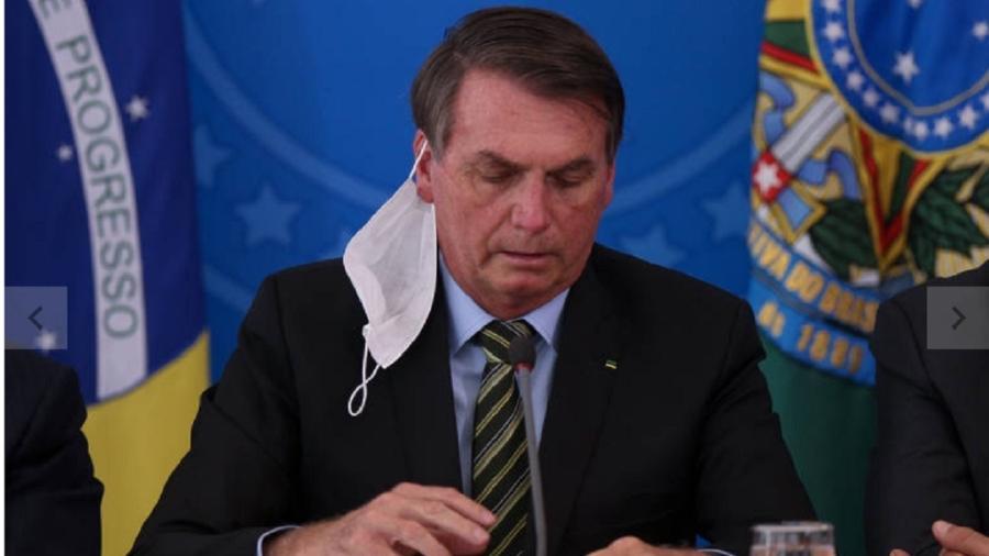 Bolsonaro em coletiva do dia 18 de março 2020, com a máscara caída - Pedro Ladeira/Folhapress