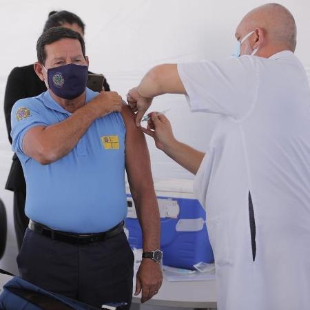 29.mar.2021 - Vice-presidente Hamilton Mourão recebe primeira dose da vacina contra o coronavírus - Reprodução/Twitter