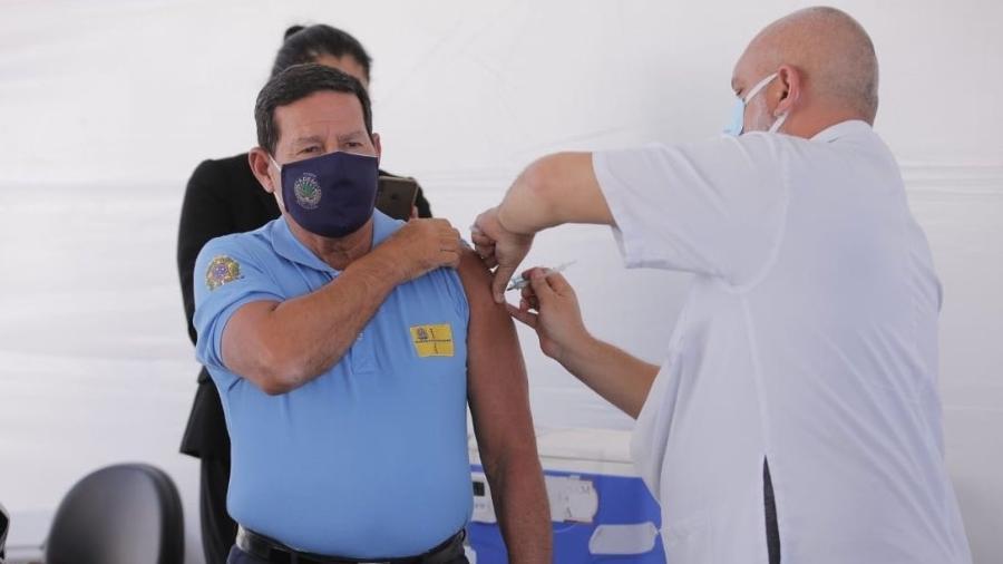 Vice-presidente Hamilton Mourão recebe primeira dose da vacina contra o coronavírus - Reprodução/Twitter