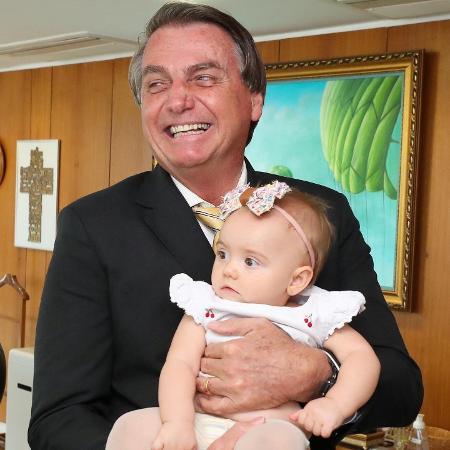 O presidente Jair Bolsonaro (sem partido) com a neta Geórgia, filha do deputado Eduardo Bolsonaro (PSL-SP) - Reprodução/Twitter