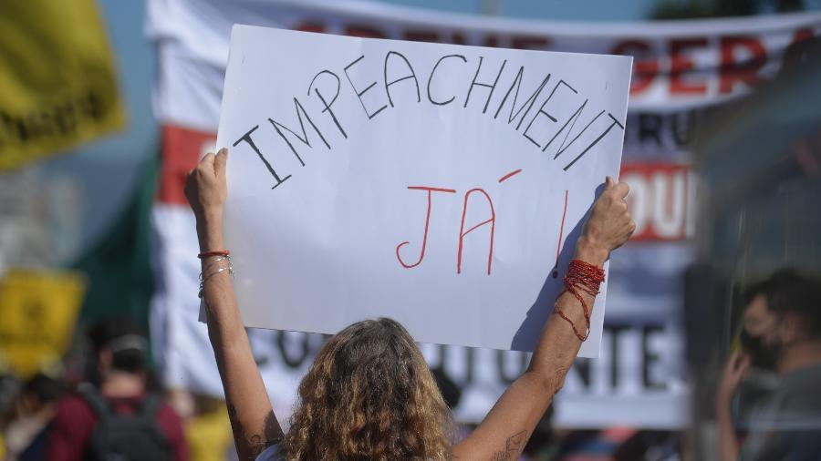 Manifestante carrega cartaz com pedido de impeachment em ato contra Bolsonaro, no Rio: Arthur Lira não quer saber disso  - ERBS Jr/FramePhoto/Estadão Conteúdo