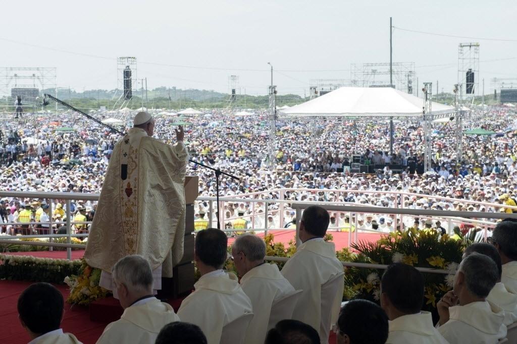 6.jul.2015 - O papa Francisco rezou uma missa para mais de meio milhão de equatorianos na segunda maior cidade do país, Guayaquile, e destacou que deseja que uma grande reunião do Vaticano prevista para este ano encontre maneiras de lidar melhor com os católicos que se sentem excluídos da Igreja