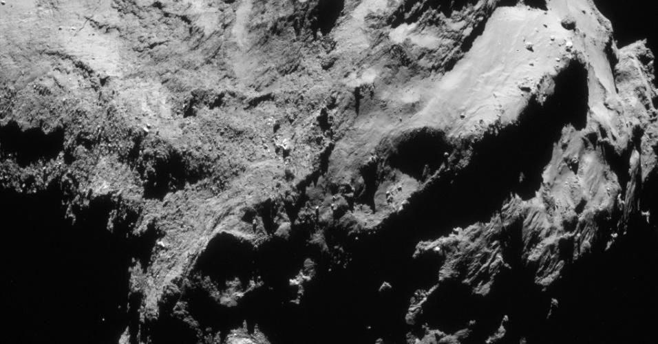 6.ago.2015 - Em meados de setembro de 2014, a sonda Rosetta, que já estava na órbita do cometa 67P / Churyumov-Gerasimenko, começou a fazer observações próximas da superfície do corpo. Durante este período, o local de pouso da sonda Philae foi selecionado. Esta imagem inédita foi feita em 19 de setembro, a uma distância de 28,3 km do centro do cometa. Em 6 de agosto de 2014, a Rosetta iniciou observações detalhadas, incluindo o mapeamento da superfície do núcleo em busca de um local de pouso adequado para sonda Philae