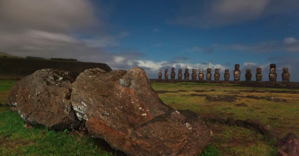 17.nov.2015 - As estátuas monolíticas restauradas conhecidas como moais observam Ahu Tongariki, a maior pedra cerimonial da ilha de Páscoa. Muitas das estátuas, criadas pelos Rapanui para homenagear seus ancestrais, foram destruídas durante a guerra civil na ilha