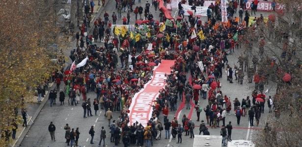 Paris tem protestos em alerta para catástrofes provocadas por mudanças climáticas - AFP