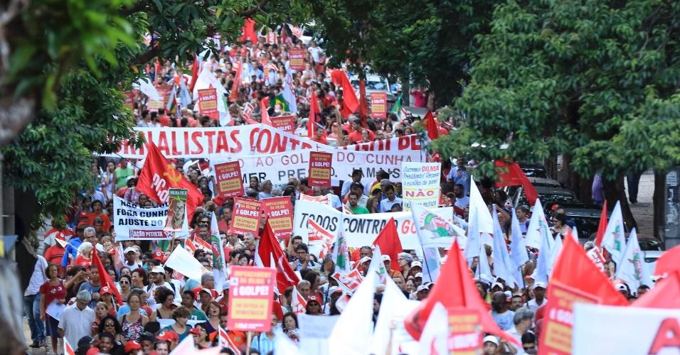 """16.dez.2015 - Manifestantes fazem ato em defesa do mandato da presidente Dilma Rousseff e pela cassação do presidente da Câmara dos Deputados, Eduardo Cunha (PMDB-RJ), em Belo Horizonte (MG). O protesto faz parte do """"Dia nacional de mobilização em defesa da democracia"""" e é organizado por diversas centrais sindicais e movimentos sociais em várias cidades do Brasil"""