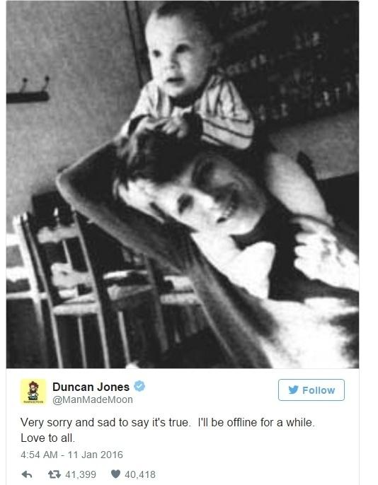 11.jan.2016 - O diretor Duncan Jones, um dos dois filhos do cantor britânico David Bowie, postou uma foto com o pai, após o anúncio da morte de Bowie. O cantor, considerado um dos artistas mais revolucionários do século 20, morreu aos 69 anos na noite deste domingo (10)
