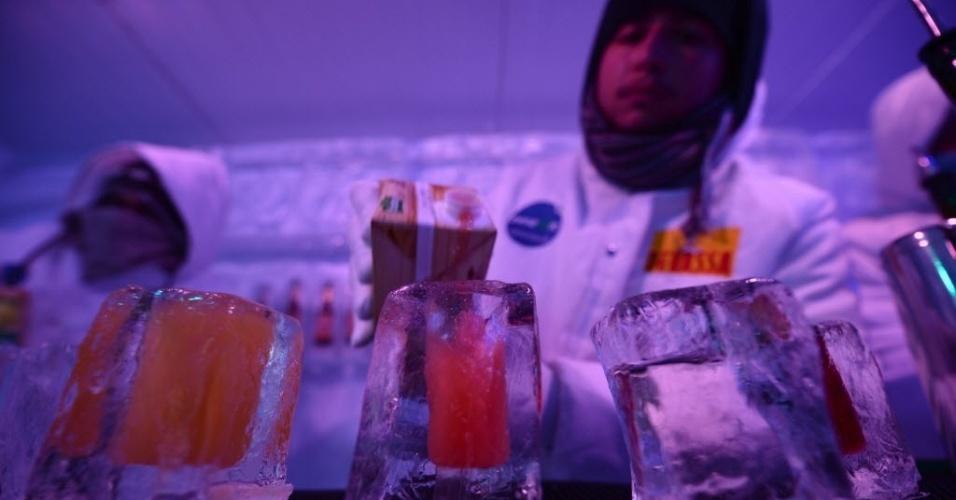 13.jan.2016 - A temperatura dentro do Rio Ice Bar, bar inteiramente feito com gelo, é de -15°C. Mas, não se preocupe que a bebida vem líquida. O gelo não vem dentro da bebida, mas a bebida é colocada dentro de copos de gelo. O bar funciona dentro de um supermercado na avenida das Américas, na Barra da Tijuca, zona sul do Rio de Janeiro