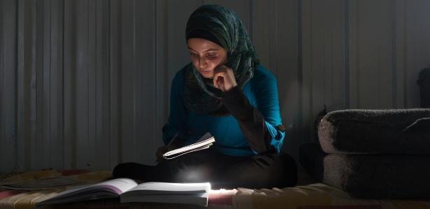 Refugiada há três anos da Síria, Muzon acompanha o currículo de estudos jordaniano