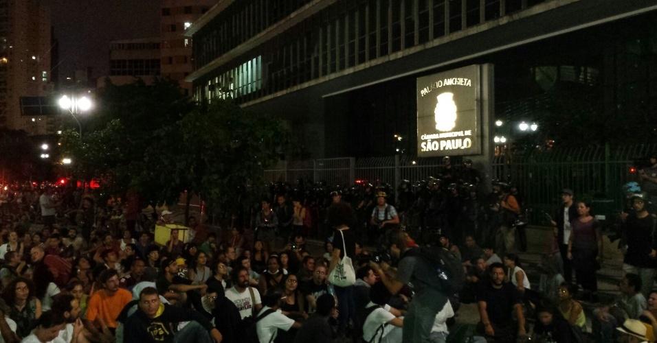 26.jan.2016 - Manifestação contra o aumento das tarifas do transporte público chega ao destino estipulado: a Câmara Municipal de São Paulo. Grupo realiza jogral no local antes da dispersão