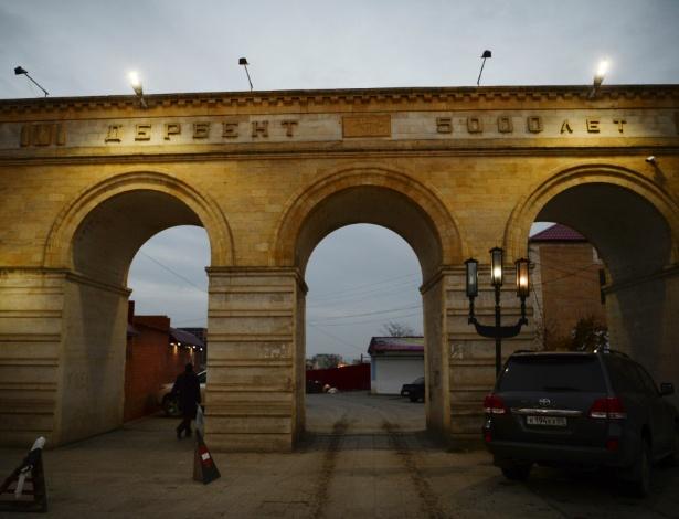 Portal com arcos em Derbent, cidade que se considera a mais antiga da Rússia